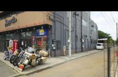 ウエスト店の駐車場は建物の横にあります。